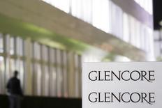 Le géant minier et du négoce de matières premières Glencore, qui peine à réduire sa dette, a l'intention de suspendre le paiement de dividendes, de vendre des actifs et de réaliser une augmentation de capital de 2,5 milliards de dollars (2,2 milliards d'euros) dans le but de ramener son endettement à 20 milliards de dollars d'ici la fin de l'année. /Photo d'archives/REUTERS/Michael Buholzer