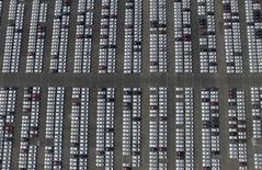 Chevrolet sur un parking de General Motors, dans la province de Liaoning. GM, Ford et Nissan annoncent des ventes en baisse sur le marché chinois en août alors que Toyota, Honda et Daimler tirent leur épingle du jeu, grâce au lancement de nouveaux modèles. /Photo prise le 28 juin 2015/REUTERS