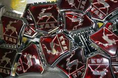 Логотипы на заводе ГАЗ в Нижнем Новгороде 17 июня 2009 года. Российский автопроизводитель Группа ГАЗ ожидает снижения рынка лёгких коммерческих автомобилей (LCV) на 40 процентов в текущем году и падения собственных продаж, сообщил журналистам глава компании Вадим Сорокин. REUTERS/Denis Sinyakov