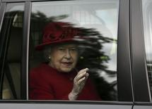 """La reina Isabel II en Braemar, Escocia, sep 5 2015. Pese a rumores de palacios decadentes y fríos y de que la reina Isabel II cayó varios lugares en la """"lista de ricos"""", la monarquía británica será más rica que nunca cuando la soberana se convierta en la monarca con más años en el trono, 63, el miércoles.  REUTERS/Russell Cheyne"""