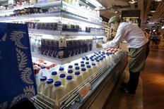 Produits laitiers importés d'Australie dans un supermarché de Shanghai, Les exportations chinoises ont baissé moins que prévu en août mais le nouveau repli, plus prononcé qu'estimé, des importations illustrent une nouvelle la déprime de la conjoncture en Chine. /Photo  prise le 15 août 2015/REUTERS/Aly Song