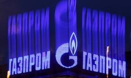 Логотип Газпрома на крыше здания в Санкт-Петербурге. 14 ноября 2013 года. Первый день экспортного аукциона российского газового гиганта Газпром завершился без сделок, сообщили Рейтер два источника в компании. REUTERS/Alexander Demianchuk