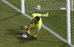 Goleiro Claudio Bravo, da seleção do Chile, defende pênalti cobrado pelo argentino Ever Banega na final da Copa América em Santiago. 04/07/2015 REUTERS/Ueslei Marcelino