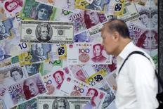 """Pékin a engagé les banques à surveiller au plus près les transactions de change et à identifier tout transfert de fonds transfrontalier """"anormal"""" afin d'enrayer les sorties de capitaux, /Photo prise le 13 août 2015/REUTERS/Tyrone Siu"""
