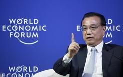 Премьер-министр Китая Ли Кэцян отвечает на вопросы во время встречи с руководителями иностранных компаний на Всемирном экономическом форуме в городе Далянь. 9 сентября 2015 года. Перспективы китайской экономики позитивны, даже несмотря на то, что вторая по величине экономика мира по-прежнему испытывает понижательное давление, сказал в среду премьер-министр Ли Кэцян. REUTERS/Jason Lee