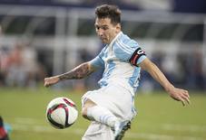 Messi chuta para marcar gol de empate da Argentina em amistoso contra o México. 08/09/2015 REUTERS/Tim Heitman/USA TODAY Sports