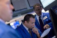 Operadores trabajando en la bolsa de Wall Street en Nueva York, sep 8, 2015.  Las acciones cerraron el miércoles con caídas de más del 1 por ciento en la bolsa de Nueva York en una nueva sesión volátil, lideradas por los descensos de Apple y del sector energético. REUTERS/Brendan McDermid
