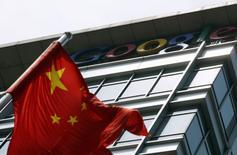 Una bandera de China ondea frente a la antigua sede de Google China, en Pekín, el 2 de nunio de 2011. El presidente ejecutivo de Google, Sundar Pichai, no ha ocultado su intención de volver a entrar en China a través de Google Play, la tienda de aplicaciones para su sistema operativo móvil Android, pero al parecer este no será un camino fácil. REUTERS/Jason Lee