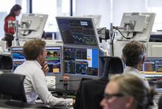 Трейдеры в торговой комнате банка ING в Брюсселе. 25 августа 2015 года. Европейские фондовые рынки снижаются, но готовятся завершить неделю максимальным ростом с июля. REUTERS/Yves Herman