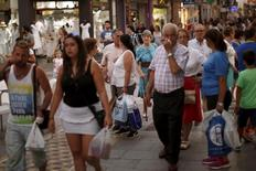 Dans le centre de Ronda, dans le sud de l'Espagne. L'Espagne devrait enregistrer une croissance d'environ 3,5% au troisième trimestre par rapport à la même période de 2014 et sa croissance sur l'ensemble de l'année pourrait atteindre 3,3%, selon son ministre de l'Economie Luis de Guindos. /Photo prise le 27 août 2015/REUTERS/Jon Nazca