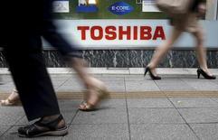 Toshiba a enregistré une perte d'exploitation au premier trimestre en raison de ventes médiocres dans les segments PC et téléviseurs, un point noir pour le nouveau directeur général qui doit déjà améliorer la gouvernance à la suite d'un gros scandale comptable. Sur la période avril-juin, le conglomérat japonais a dégagé une perte d'exploitation de 10,96 milliards de yens (80,2 millions d'euros). /Photo prise le 14 septembre 2015/REUTERS/Toru Hanai