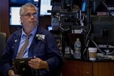 Un operador trabajando en la Bolsa de Nueva York, 11 de septiembre de 2015. Las acciones operaban con pocos cambios el lunes en la apertura de la bolsa de Nueva York, debido a que los inversores esperaban la reunión de la Reserva Federal de esta semana que decidirá sobre una posible alza de las tasas interés en Estados Unidos. REUTERS/Brendan McDermid