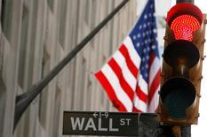 La Bourse de New York a ouvert en léger recul lundi, dans un climat d'attentisme à quelques jours d'une décision cruciale de la Réserve fédérale sur les taux d'intérêt aux Etats-Unis. Après leur hausse de la semaine dernière, l'indice Dow Jones perd 0,32% dans les premiers échanges. Le Standard & Poor's 500, plus large, recule de 0,27% et le Nasdaq Composite cède 0,04%. /Photo d'archives/REUTERS/Lucas Jackson