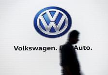 Volkswagen compte sur la nouvelle version de son SUV compact Tiguan pour donner un coup d'accélérateur à ses ventes en Chine et ailleurs, mais aussi pour apaiser les doutes sur la solidité de son équipe dirigeante. /Photo prise le 23 juin 2015/REUTERS/Anindito Mukherjee