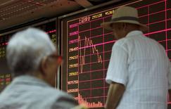 Au lendemain d'un recul de 2,67%, l'indice composite de Shanghai a encore cédé 3,55% mardi et l'indice CSI300 des principales valeurs cotées à Shanghai et Shenzhen a chuté de 3,93%, sur fond d'inquiétudes persistantes sur l'état de l'économie chinoise. /Photo prise le 26 août 2015/REUTERS/Jason Lee