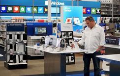 Un cliente mira productos en una tienda Best Buy, en Denver, 14 de mayo de 2015. El gasto del consumidor en Estados Unidos pareció crecer a un ritmo razonablemente sólido en agosto y apuntó a una sólida demanda interna que podría persuadir a la Reserva Federal a que suba el jueves las tasas de interés. REUTERS/Rick Wilking