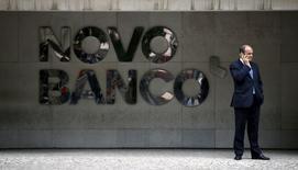 La Banque du Portugal annonce suspendu la vente de Novo Banco, la banque née du sauvetage de Banco Espirito Santo (BES) l'an dernier, faute d'offres suffisantes, mais elle prévoit de relancer le processus quand les conditions seront plus favorables. /Photo prise le 15 septembre 2015/REUTERS/Rafael Marchante