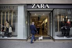 Inditex, propriétaire de la marque Zara, annonce des ventes en hausse au 1er semestre. Le leader mondial des magasins de vêtements fait état d'un chiffre d'affaires en hausse de 17% à 9,42 milliards d'euros sur la période février-juillet. /Photo prise le 16 septembre 2015/REUTERS/Andrea Comas