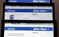 """La página de entrada a Facebook, vista en tres pantallas, el 28 de julio de 2015 en Colorado (EEUU). La red social Facebook está trabajando en el desarrollo de un botón """"No me gusta"""", comentó el martes su presidente ejecutivo, Mark Zuckerberg, durante un evento de la compañía en California. REUTERS/Rick Wilking"""
