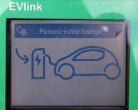"""La multiplication des voitures hybrides rechargeables corrige certains défauts des véhicules purement électriques mais ne met pas en danger leur avenir, estime le directeur du programme """"véhicule électrique"""" de Renault, Eric Feunteun. /Photo d'archives/REUTERS/Régis Duvignau"""