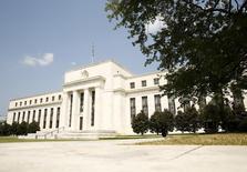 """El edificio de la Reserva Federal de Estados Unidos, en Washington, 1 de septiembre de 2015. Puede que inversores, operadores y economistas tengan dudas sobre si la Fed dará la largada esta semana con la primera alza de tasas de interés en casi una década, pero entre quienes manejan el """"dinero de verdad"""" hay un diagnostico: la volatilidad se mantendrá. REUTERS/Kevin Lamarque"""
