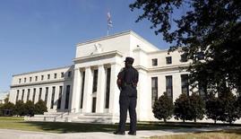 Policial observa o prédio do Federal Reserve, em Washington. 16/09/2015  REUTERS/Kevin Lamarque