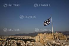 Les Etats de la zone euro, premiers créanciers de la Grèce, sont prêts à plafonner le coût du service de la dette de celle-ci à 15% du produit intérieur brut (PIB) par an sur le long terme, selon plusieurs responsables de la zone euro. /Photo prise le 26 juillet 2015/REUTERS/Ronen Zvulun