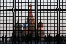 Покровский собор за воротами. ведущими на Красную площадь, в Москве 18 сентября 2014 года. REUTERS/Maxim Zmeyev