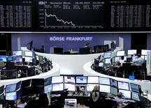 Operadores trabajando en la Bolsa de Fráncfort, Alemania, 18 de septiembre de 2015.     Las acciones europeas cerraron el viernes con fuertes caídas después de que la Reserva Federal mantuvo las tasas de interés sin cambios, lo que alimentó temores sobre la economía global y dejó a los inversores preguntándose cuándo comenzará el ciclo de ajuste monetario. REUTERS/Staff/remote