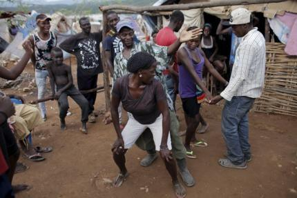 People enjoy themselves as they dance to Dominican music at a refugee camp for Haitians returning from the Dominican Republic on the outskirts of Anse-a-Pitres, Haiti, September 6, 2015.  REUTERS/Andres Martinez Casares