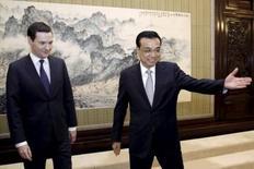 El primer ministro chino Li Keqiang, junto al ministro de Finanzas británico Goerge Osborne, en una reunión en Pekín, China 21 de septiembre de 2015. China busca desarrollar mercados de capitales abiertos y transparentes y no hay base para que continúe la depreciación del yuan, dijo el lunes la televisión estatal citando declaraciones del primer ministro Li Keqiang. REUTERS/Lintao Zhang/Pool