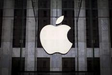 El logo de Apple en su tienda en la Quinta Avenida en Nueva York el 21 de julio de 2015. Apple dijo el domingo que está limpiando su App Store para eliminar programas maliciosos para iPhones y iPads, en el primer ataque a gran escala a esa popular tienda de aplicaciones. REUTERS/Mike Segar