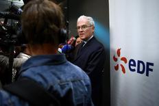 """Dans une interview au quotidien Les Echos, le PDG d'EDF Jean-Bernard Lévy annonce que le groupe veut doubler son parc renouvelable en France et en Europe d'ici à 2030. Cet objectif s'inscrit dans le cadre d'un plan stratégique, """"Cap 2030"""", que le dirigeant doit présenter mardi aux cadres de l'électricien public. /Photo prise le 3 septembre 2015/REUTERS/Benoît Tessier"""