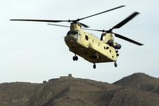 Chinook CH-47 de l'armée américaine en Afghanistan. Le gouvernement indien a donné son feu vert à l'achat d'hélicoptères Apache et Chinook construits par Boeing pour environ 2,5 milliards de dollars (2,24 milliards d'euros). /Photo prise le 21 décembre 2014/REUTERS/Lucas Jackson