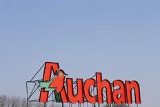 Auchan et l'allemand Metro ont signé un accord de coopération sur leurs achats de produits manufacturés de grandes marques en France, afin d'accroître leur poids dans les négociations commerciales avec leurs fournisseurs. /Photo d'archives/REUTERS/Pascal Rossignol
