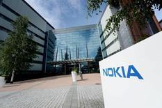 Nokia a formalisé auprès du ministre de l'Economie ses engagements pris en matière d'innovation en France dans le cadre de sa fusion avec Alcatel- Lucent. /Photo prise le 28 juillet 2015/REUTERS/Mikko Stig/Lethikuva