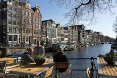 L'économie néerlandaise a enregistré une croissance de 0,2% au deuxième trimestre par rapport au trimestre précédent. Une hausse du produit intérieur brut (PIB) de 0,1% pour la période avait été donnée en première estimation. /Photo d'archives/REUTERS/Michael Kooren