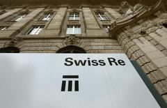 Swiss Re a déclaré que sa division Admin Re allait racheter Guardian Financial Services pour 1,6 milliard de livres (2,2 milliards d'euros) auprès du fonds d'investissement Cinven. /Photo d'archives/REUTERS/Arnd Wiegmann