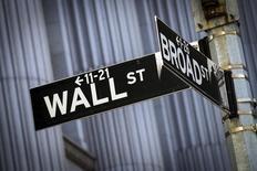 La Bourse de New York débute en petite hausse mercredi, le rebond des matières premières et de bons indicateurs européens l'emportant tout juste sur l'annonce d'une nouvelle contraction de l'activité manufacturière en Chine. Le Dow Jones gagnait 0,11% dans les premiers échanges, le Standard & Poor's 500 0,10% et le Nasdaq Composite 0,09%. /Photo d'archives/REUTERS/Brendan McDermid
