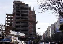 Vehículos pasan junto a un edificio en construcción en Buenos Aires, 22 de julio de 2015. La economía argentina habría crecido un 2,5 por ciento interanual en julio, impulsada por el sector de la construcción, la industria y el consumo, según el promedio de las estimaciones en un sondeo de Reuters publicado el miércoles. REUTERS/Marcos Brindicci