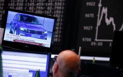 La dégringolade de Volkswagen en Bourse n'est pas sans rappeler celle d'autres grandes valeurs vedettes soudainement plongées au coeur d'un scandale ou d'une catastrophe imprévue, à l'instar de BP avec la marée noire dans le golfe du Mexique provoquée par l'explosion d'une plate-forme pétrolière en avril 2010. L'ampleur et la rapidité de la chute peuvent pousser des investisseurs à se positionner sur le titre dans l'espoir d'un rebond, qui est toutefois rarement rapide quand il se produit.  /Photo prise le 21 septembre 2015/REUTERS/Ralph Orlowski