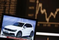Экран с изображением Volkswagen Tiguan на фондовой бирже во Франкфурте-на-Майне. 21 сентября 2015 года. Европейские фондовые рынки растут за счет повышения акций Volkswagen и других автопроизводителей. REUTERS/Ralph Orlowski
