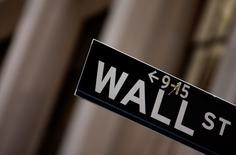 La Bourse de New York a fini en baisse modérée jeudi, après avoir effacé une bonne partie de ses pertes en fin de séance, sous le coup de la chute du titre Caterpillar,  qui a revu à la baisse sa prévision de chiffre d'affaires. Le Dow Jones a perdu 0,48%,  à 16.202,06 points. /Photo d'archives/REUTERS/Eric Thayer