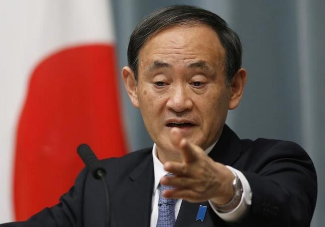 9月25日、菅義偉官房長官(写真)は会見で、自民党の小委員会がNHK受信料の支払い義務化を求める提言をまとめたことに関して、「提言を踏まえて総務省で適切に検討することが望ましい」との考えを示した。1月撮影(2015年 ロイター/Yuya Shino)