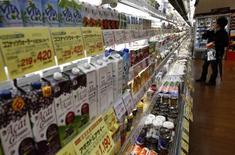 Una clienta mira artículos en un supermercado en Tokio. 26 de febrero de 2015. Los precios al consumidor de Japón registraron su primera caída anual desde que el banco central desplegó su programa de estímulo masivo hace más de dos años, lo que mantuvo vivas las expectativas del mercado de nuevas medidas de flexibilización de la política monetaria para acelerar la inflación a su meta de un 2 por ciento. REUTERS/Yuya Shino