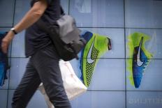 Nike, qui a fait état d'un bénéfice supérieur aux attentes pour le neuvième trimestre d'affilée, à suivre vendredi sur les marchés américains. /Photo prise le 25 juin 2015/REUTERS/Brendan McDermid