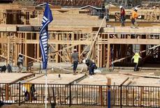Funcionários trabalhando em construção, um dos setores que mais fortes no último trimestre, na Califórnia.   28/07/2015  REUTERS/Mike Blake