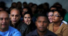 Desempregados esperam para preencher ficha de emprego em São Paulo. 11/05/ 2015. REUTERS/Paulo Whitaker
