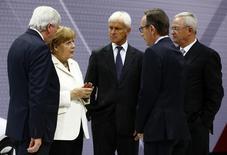 En la imagen, la canciller alemana Angela Merkel; el jefe de gobierno del estado de Hesse, Volker Bouffier; el ex CEO de Volkswagen  Martin Winterkorn, el nuevo CEO Matthias Mueller y el líder de la industria automotriz alemana Matthias Wissmann en una feria del automóvil realizada en septiembre en Fráncfort. REUTERS/Kai Pfaffenbach. Angela Merkel aprendió temprano en su carrera política que enfrentarse a la industria automotriz alemana tiene riesgos. En 1995, la recién asumida ministra de Medioambiente estaba tratando de convencer a sus colegas en el gabinete de una serie de medidas audaces contra la contaminación del aire que incluían límites más estrictos de velocidad y restricciones a la conducción en verano.  Pero Matthias Wissmann, el entonces ministro de Transporte con lazos estrechos con el sector, no quería saber nada eso. Puso en duda que las medidas de Merkel fueran a bajar la contaminación y prometió enfrentarse a cualquier intento para imponer límites en la 'Autobahn', la red de autopistas alemana.