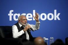 En la imagen, Narendra Modi durante su discurso en la sede de Facebook en Menlo Park, California. 27 de septiembre, 2015. El primer ministro indio, Narendra Modi, recibió una cálida bienvenida en la sede de Facebook el domingo, en una recepción encabezada por el presidente ejecutivo, Mark Zuckerberg, y que se enfocó tanto en las historias personales de los dos líderes como en el potencial del segundo país más poblado del mundo. REUTERS/Stephen Lam